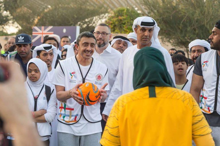 عبدالله بن زايد وزير الخارجية يقود مسيرة التسامح بحديقة أم الإمارات في أبوظبي